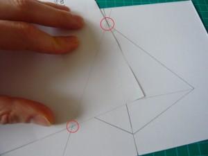 On aligne bien l'angle du papier avec le coté